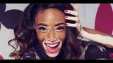 Una Mujer Remueve Su Maquillaje En Frente De Una Cámara Para Mostrar La Verdad